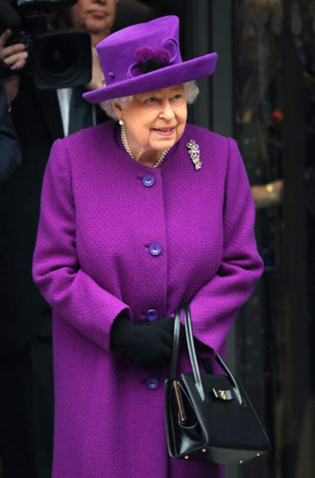 фиолетовый цвет в одежде королева Елизавета