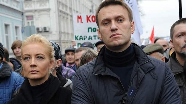 Оппозиция «надевает юбку»: «борцы с диктатурой» ищут новых лидеров и планируют в Вильнюсе расчленение России