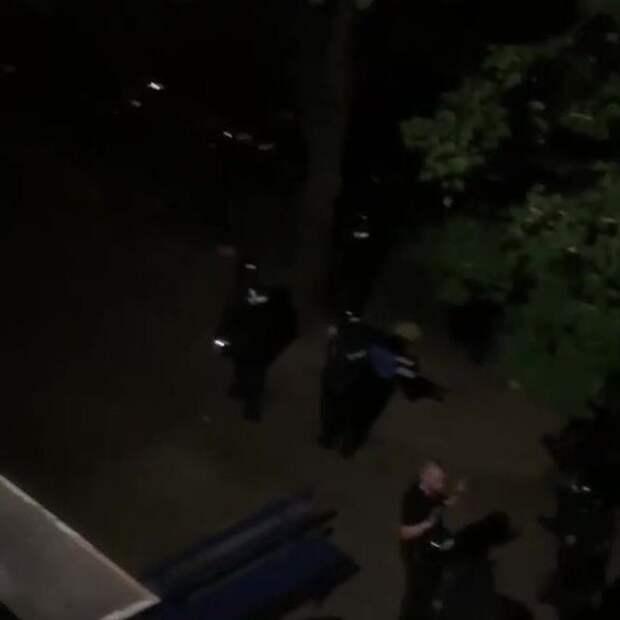 """""""Дома сидеть надо!"""" ОМОН в Минске избил парня и девушку в пустом дворе. Очень жестокое видео. Не рекомендуем впечатлительным людям"""