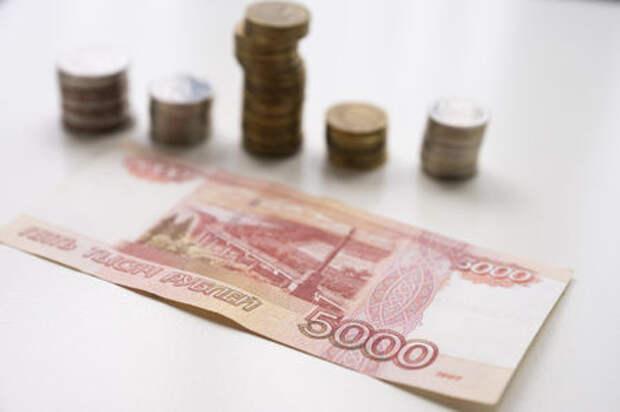 Женщина, кидавшаяся в гаишников деньгами, предстанет перед судом