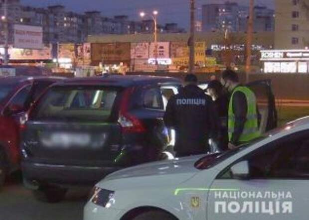Киевлянин взял в заложники девушек