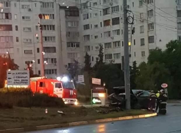 ДТП в Севастополе: водитель Audi влетел в столб (ФОТО)