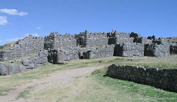 Развалины мощного оборонительного сооружения, находящиеся в Перу (Южная Америка), разрушенного в древности от воздействия сверхвысокой температуры.