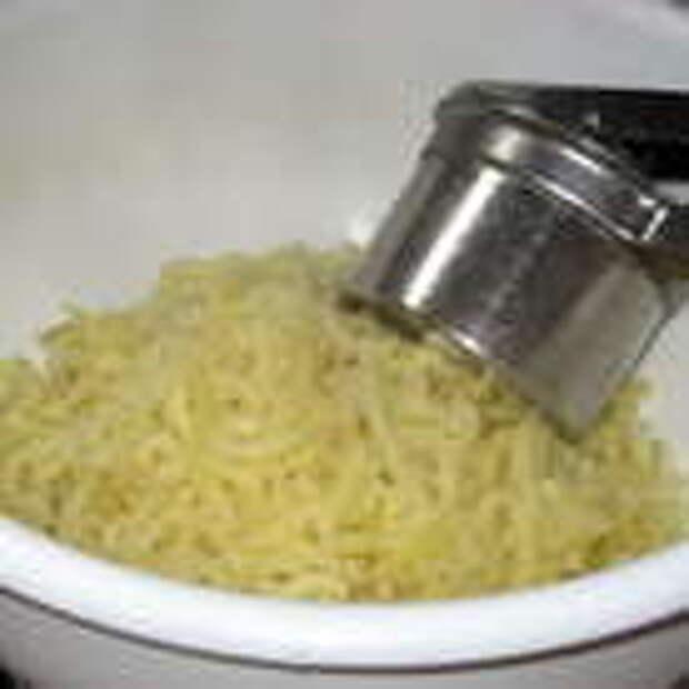 Затем снять шкурку с картофеля и пюрировать его.