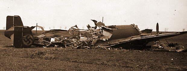 Уничтоженный экипажем после посадки Ju 86P-2 с регистрационным кодом D-APEW - Крылатые предвестники войны | Warspot.ru