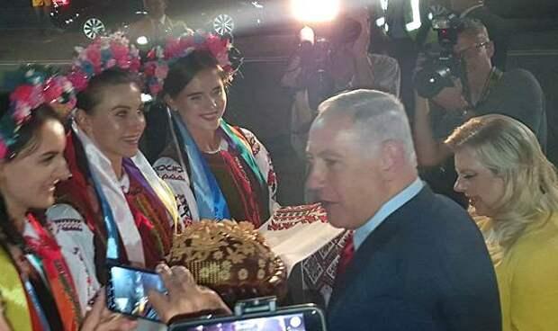 Жена премьера Израиля бросила каравай встречающих в Киеве