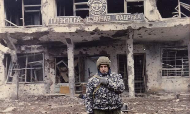 Военнослужащий ВВ МВД России возле разрушенной обувной фабрики в Грозном, Чечня. Январь 1995 года.