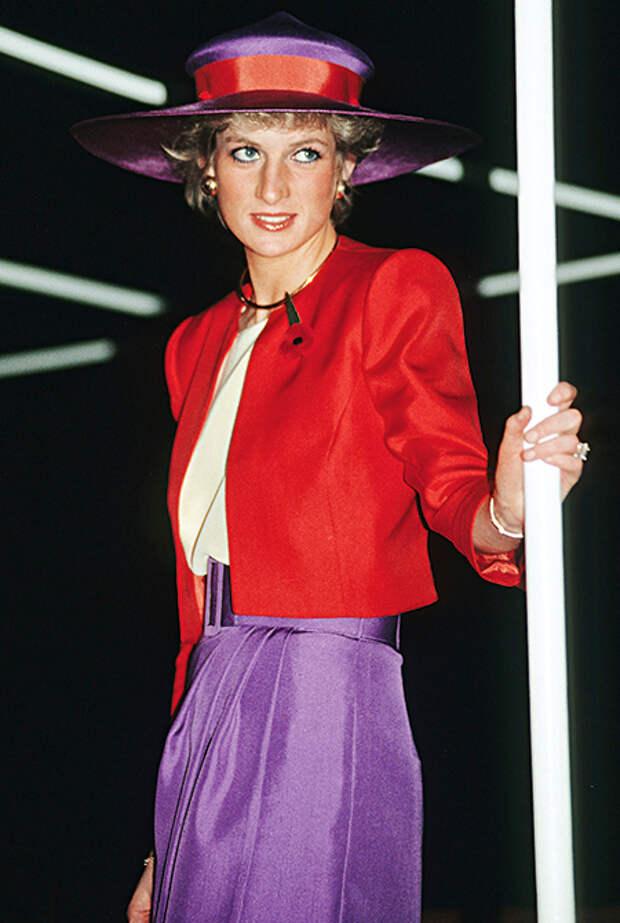 Диана демонстрирует смелое сочетание красного и лилового во время поездки в Гонконг, 1989 год