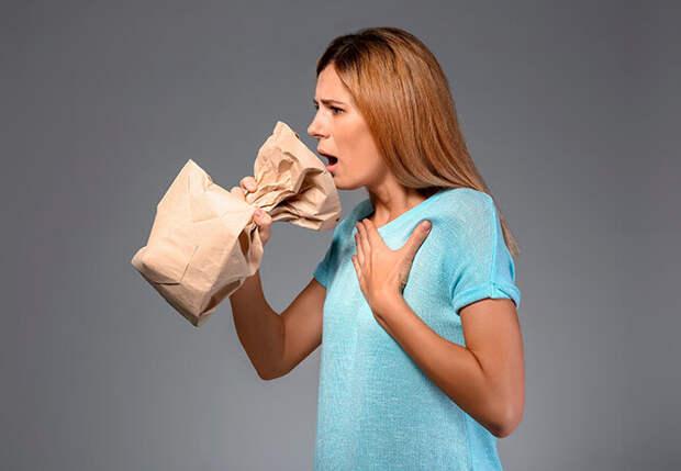 Подышав в бумажный пакет, можно быстро остановить икоту