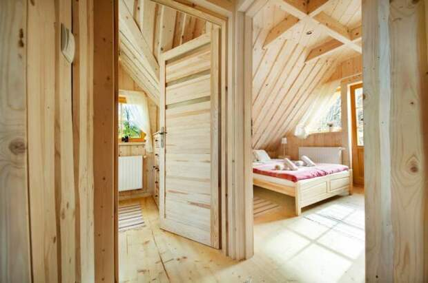 В маленьком бревенчатом доме обустроили 2 спальных комнаты («Stunning Gate Lodge»).   Фото: stiri.magazinuldecase.ro.
