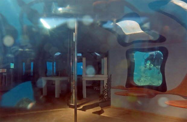 Водолазы нашли дверь на дне моря и решили открыть ее: сооружение бросили много лет назад
