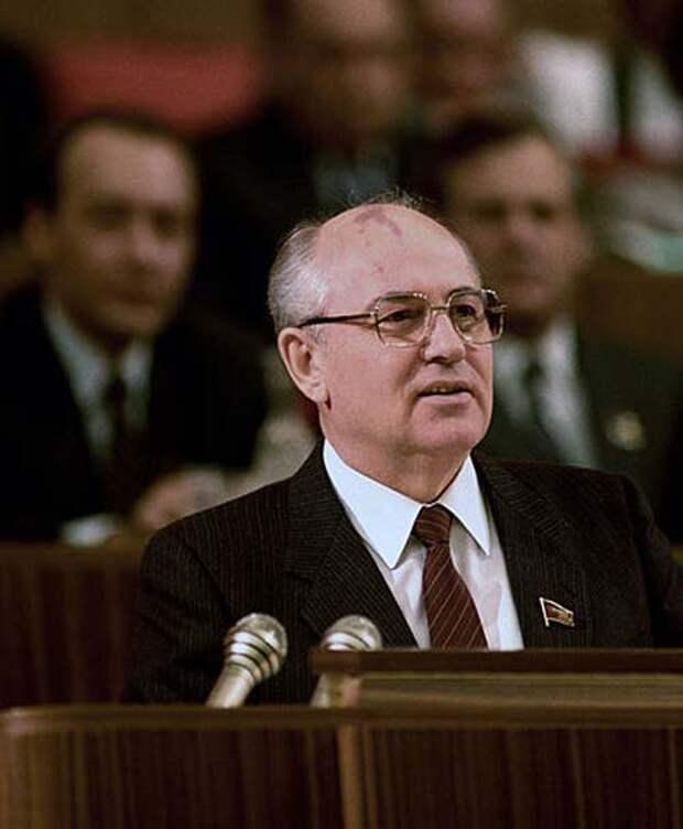 Михаил Горбачев выступает на съезде