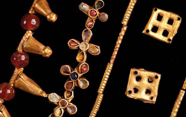 Бусы в I веке н.э. из золотых пластинок, колечек, отполированного стекла и карнеола. Карнеол - минерал красновато-розового, желто-красного или оранжево-красного оттенков, напоминающего окрас ягод кизила, по-латински – Cornus, по-гречески - сердолик.
