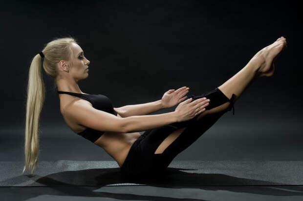 Девушка выполняет одно из упражнений калалнетики