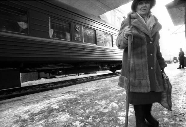 Бабушка на узловой станции Новосибирского региона.