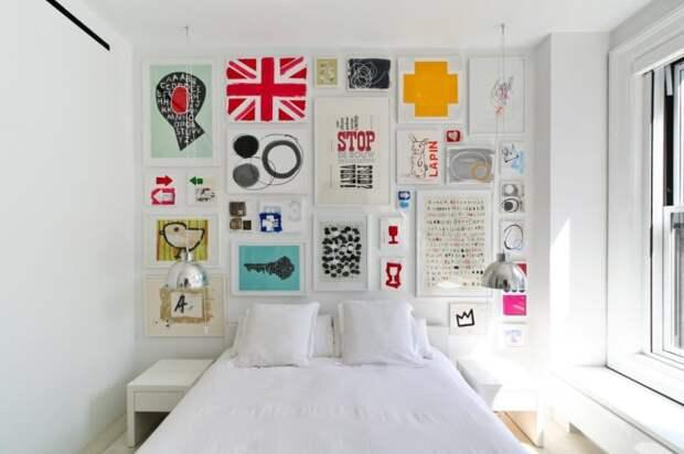 Оформление акцентной стены множеством картин.