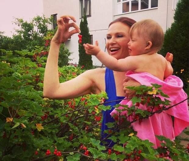 Эвелина Блёданс тоже не стала обращать внимания на все стереотипы и показала обществу, что своего ребенка нужно любить и при наличии у него любых проблем