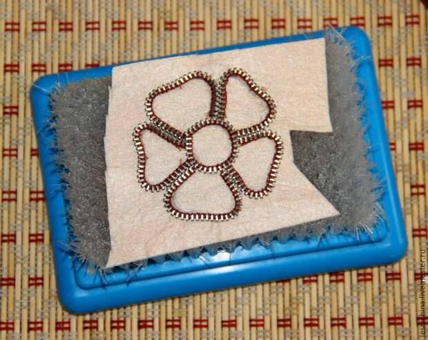 Мастер-класс по валянию броши с декором из застежки-молнии