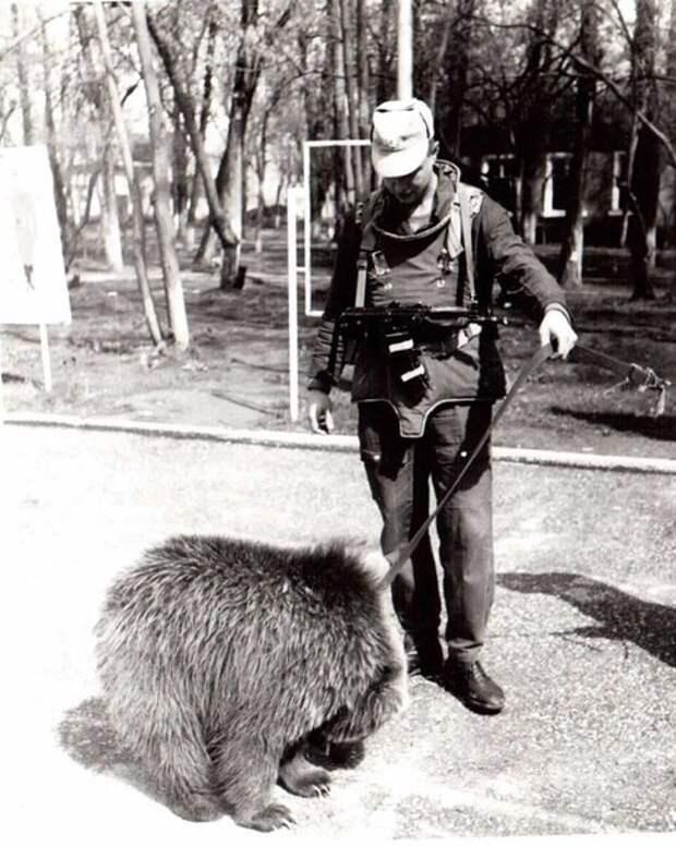 Российский солдат и ручной медвежонок. Таджикистан, 1990-е.