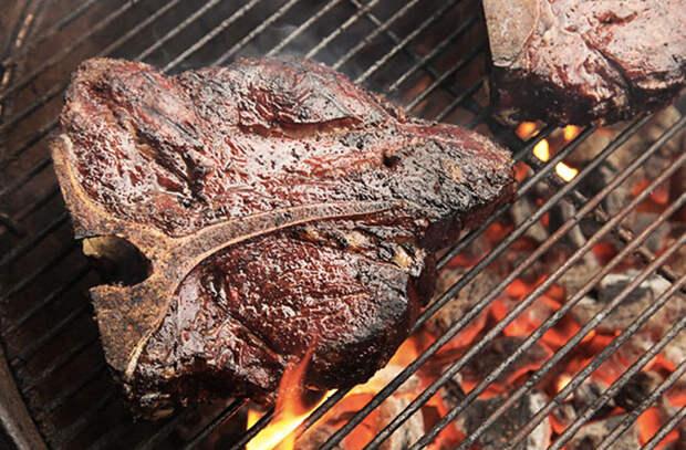 Мясо вместо жарки готовим методом копчения: просят по два куска