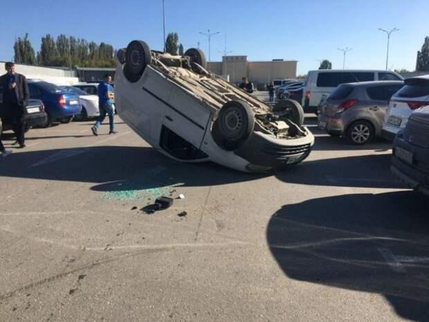 В Симферополе на парковке ТЦ «Меганом» перевернулась машина