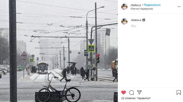 Фото дня: одинокий велосипед на заснеженной Полярной