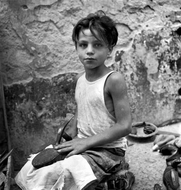 Италия, Неаполь, 1948 год - Мальчик, занимающийся уличным сапожным ремеслом