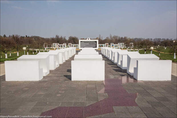 4. А эти ослепительно-белые инсталляции символизируют школьные парты.  белоруссия, война, дети, прошлое