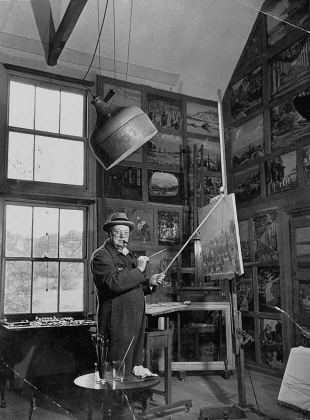 Как художник художнику... ) Уинстон Черчиль в своей студии в графстве Кент, 1954. история, мгновения жизни, фотография