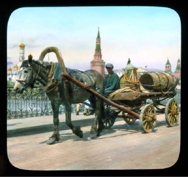 Конная повозка на фоне Кремля.