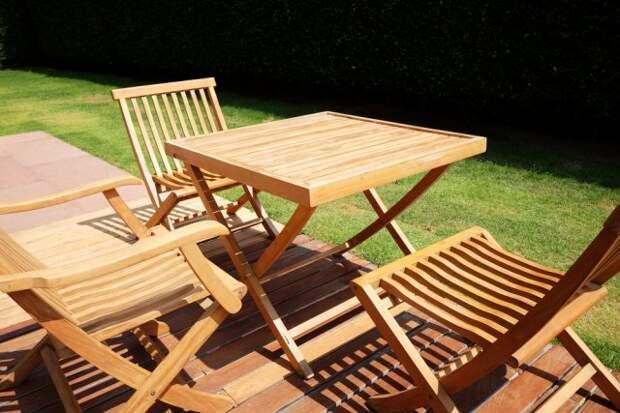 деревянная мебель в саду