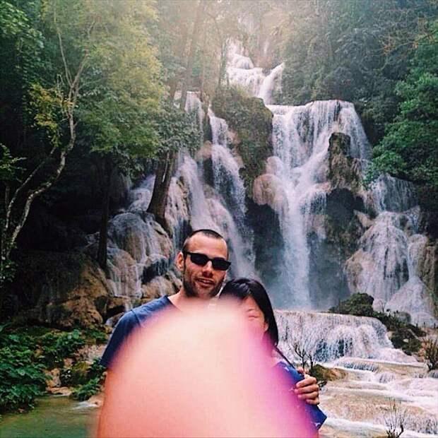 Путешествуя по миру, мы стараемся фотографироваться на месте только самых редких мест. И однажды, когда наступила такая возможность, незнакомый человек, осуществляющий снимок, загородил камеру своим пальцем.
