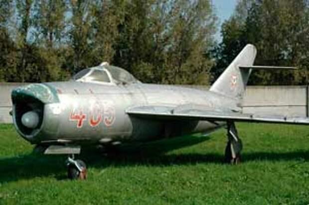 МиГ-17ПФ: Перехватчики МиГ-17 заметно отличались от своих предшественников наплывом в верхней губе воздухоприёмника, где располагалась одна из антенн РЛС «Изумруд»