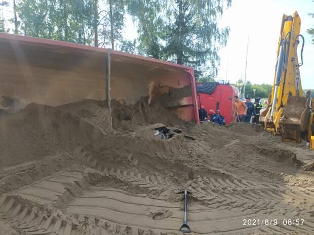 На трассе «Ижевск — Воткинск» грузовик с песком опрокинулся на легковушку