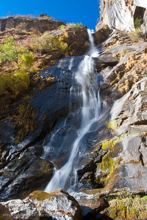 25) Рядом шумит водопад.