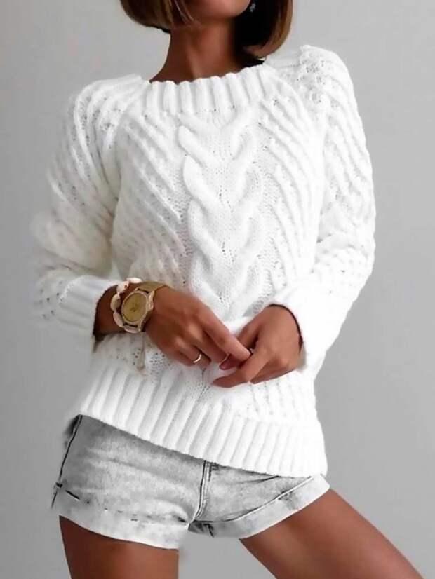 Белый джемпер с косой, связанный спицами