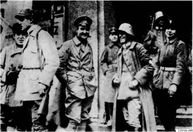 6111_i_011Герхард Росбах и его люди в день путча перед пивной Бюргерброй. Мюнхен, 9 ноября 1923 года
