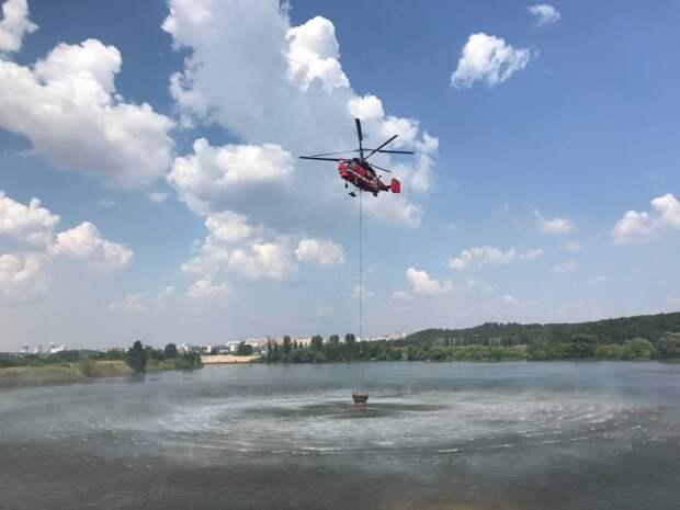 Оперативность действий и большой запас воды: как тушат пожары вертолеты Московского авиационного центра