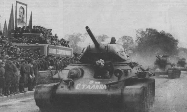 Танки Т-34 на параде в честь победы над Японией. 16 сентября 1945 года.