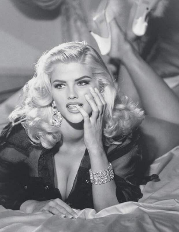 Фотография Анны Николь Смит для бренда одежды GUESS Jeans U.S.A, 1992 год  (Dailymail / Guess)