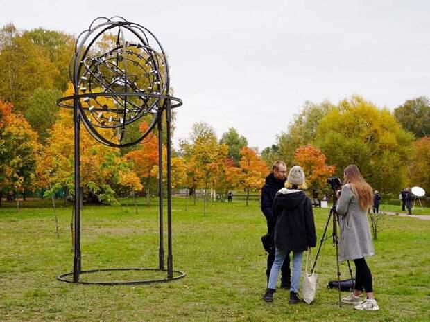 Скульптура, которая движется на ветру, и металлические глаза между деревьев — в Приморском парке Победы открылась выставка о блокаде