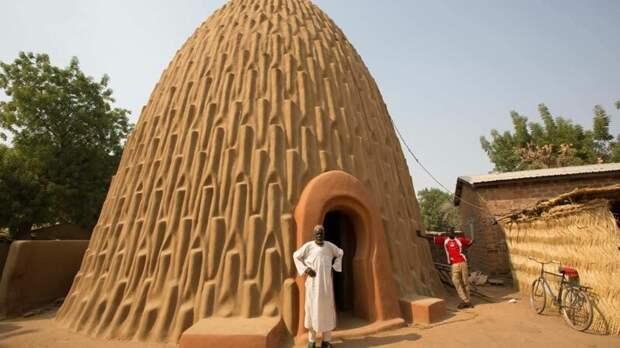 Мусгум-толек – это отдельно стоящий глиняный купол, который не требует фундамента или опалубки. Дома построены из земли, перемешанной с глиной с выступающими снаружи формами, напоминающими гончарную работу архитектура, африка, интересное, строительство, факты, шедевры