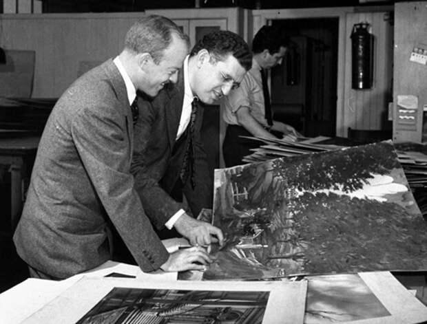 Арт-директор Лил Вилер (слева) и Дэвид О. Селзник (в центре) обсуждают эскизы рисованных декораций «Унесенных ветров»