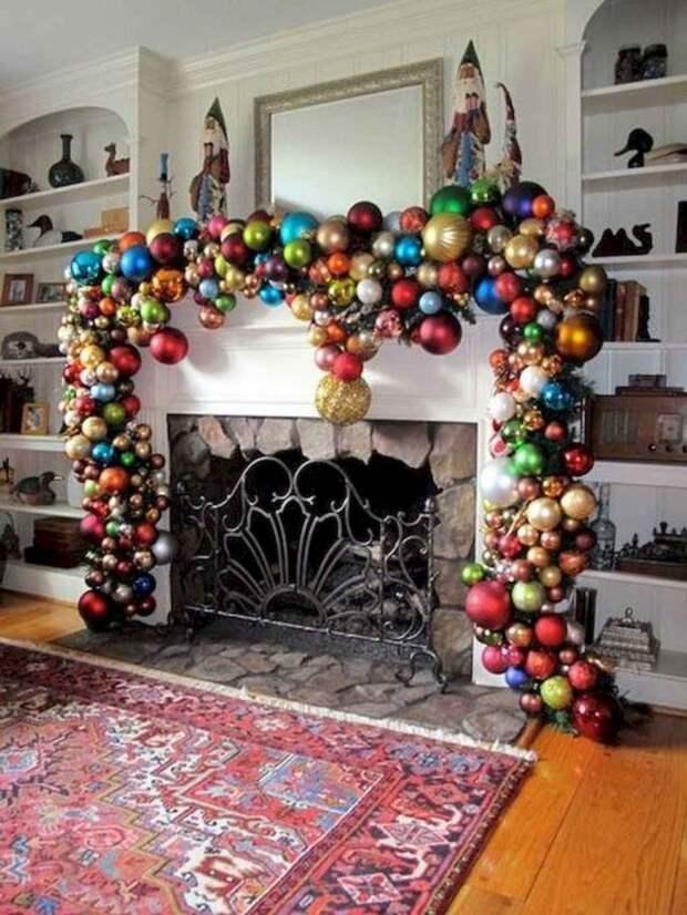 камин, украшенный елочными шарами