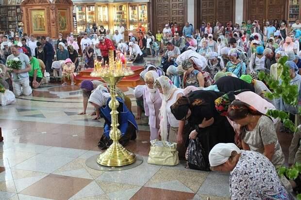 На Троицу молятся, прежде всего, во время службы в храме.