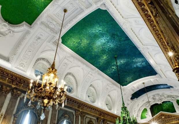 Просто потолок королевского дворца в Брюсселе, украшенный миллионами тропических жуков-златок рода Chrysochroa