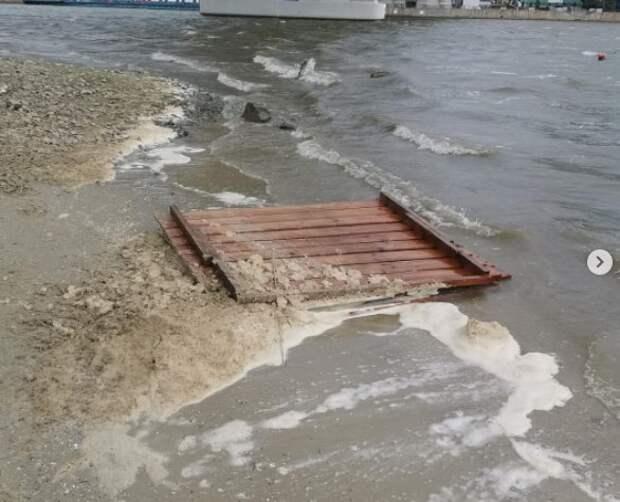 В парке «Левобережный» неизвестные изуродовали пляж