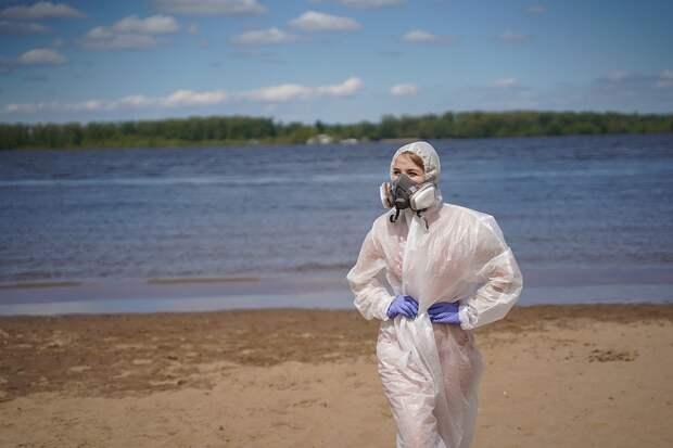 Даже на свежем воздухе в средствах защиты очень неудобно Фото: Светлана МАКОВЕЕВА