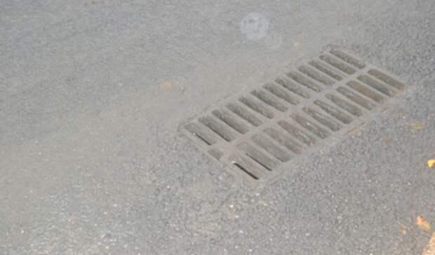 Ливневую канализацию монтируют специалисты надороге кмосту через Тагильский пруд