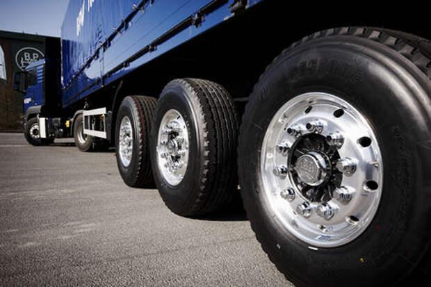 Полицейский в отпуске прокалывал шины грузовикам